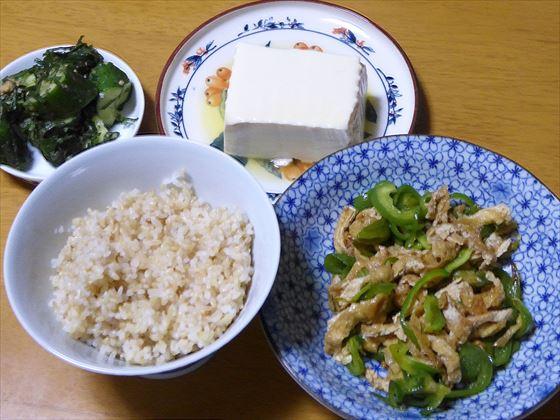 テーブルに並んだ、肉なしチンジャオロース、玄米、冷や奴、キュウリと青じその味噌和え