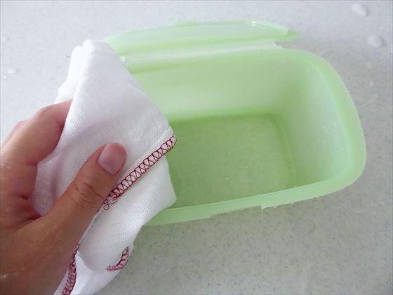 Lekueリユーサブルシリコンボックスを布巾で拭いている様子