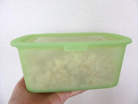 Lekueリユーサブルシリコンボックスに玄米を入れて蓋をした様子