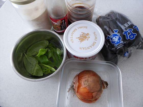 ガパオライスの材料、オイスターソース、醤油、バジル、ナス、玉ねぎ