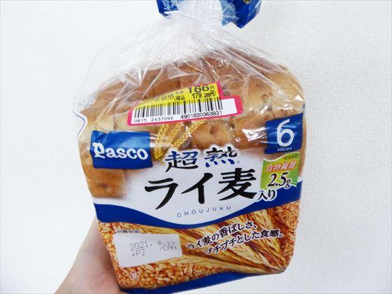 166円シールが貼られたライ麦食パン