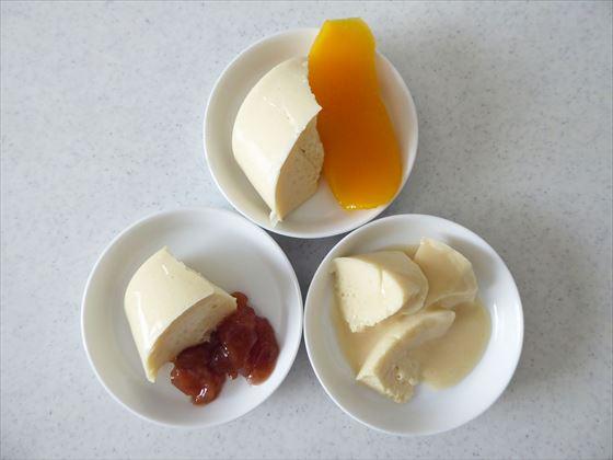 小さな皿3枚に、寒天とマンゴー、苺ジャム。クリームをのせたところ