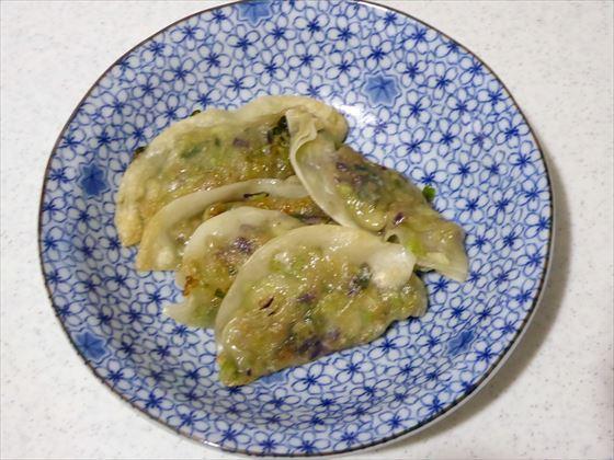 青い皿に盛った餃子、5個