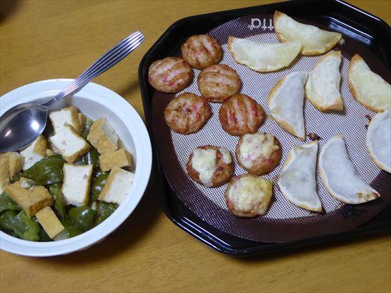 テーブルに置いた保存容器に入った蒸し煮と、オーブンの天板に紅ショウガ天と餃子がおいてある様子