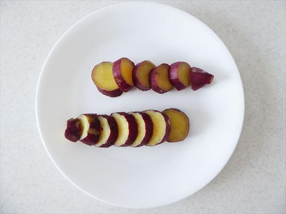 皿に盛った輪切りのサツマイモ