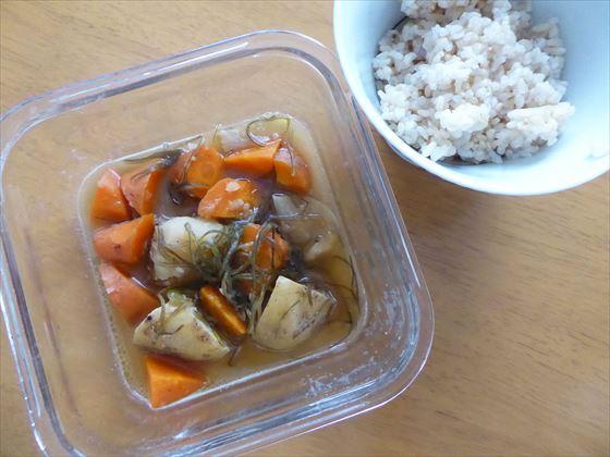 ガラス容器に入った煮物の残り(ジャガイモと人参)と玄米
