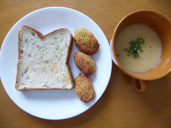 皿にのったパンとファラフェル、マグに入ったスープ