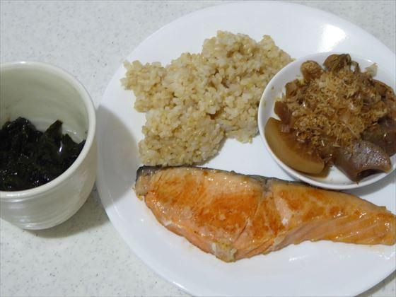 ワンプレートに盛った鮭や玄米、カップに入ったモロヘイヤ