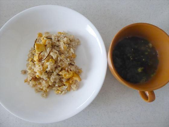 皿に盛ったチャーハンとカップに入ったスープ