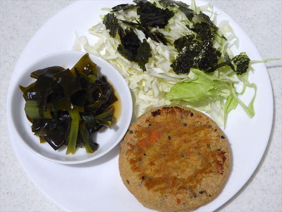 ワンプレートに盛った味噌をぬったさつま揚げ、小松菜とわかめの煮浸し、千切りキャベツ