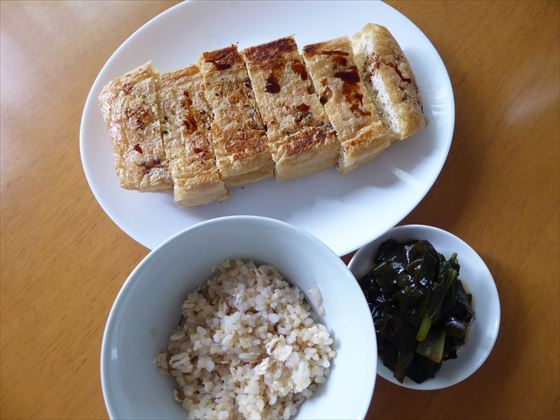 皿に盛った油揚げ、玄米と小松菜とわかめの煮浸し