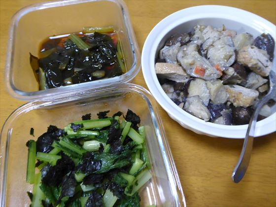 ガラス容器に入った小松菜とわかめの煮浸し、小松菜の海苔あえ、ナスのごま味噌和え