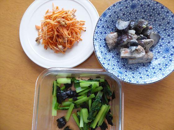 皿に盛った人参のマスタードマヨ和え、ナスのごま味噌和え、小松菜の海苔あえ