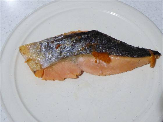 皿にのった塩鮭