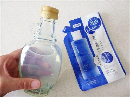 メープルシロップの瓶に化粧水が入っている様子