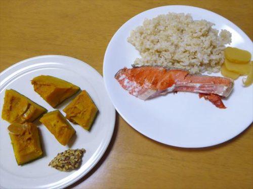 皿に盛った鮭や玄米、別盛りしたかぼちゃ