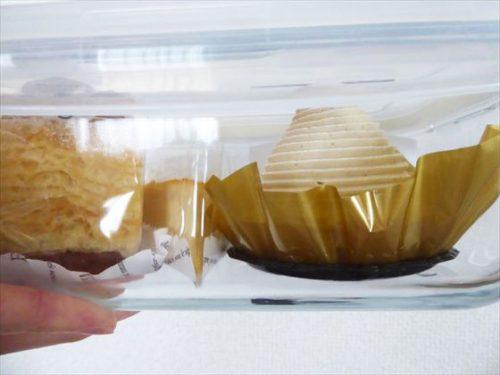 ガラス容器に入ったケーキ